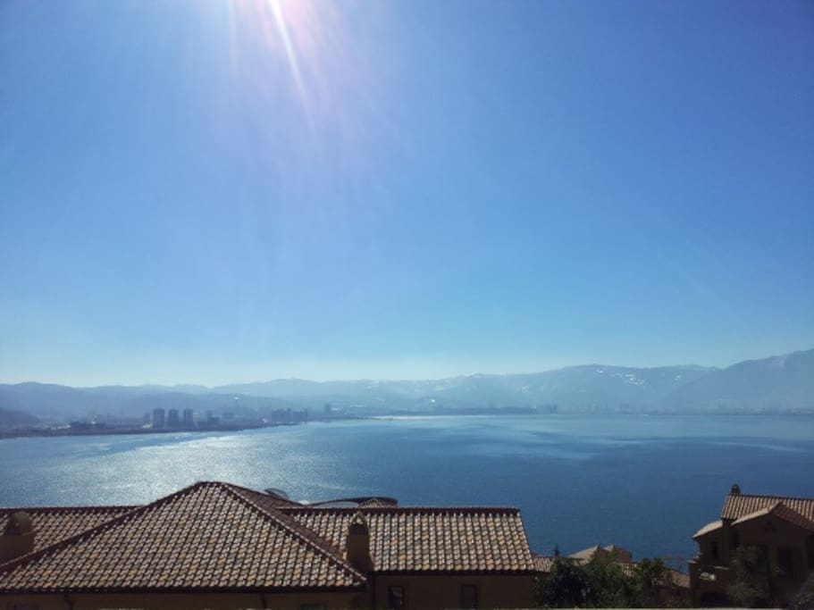 高档私密别墅小区,绝佳位置欣赏苍山洱海。自家阳台上180度的景观。