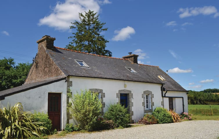 Holiday cottage with 3 bedrooms on 110m² in Poullaouen