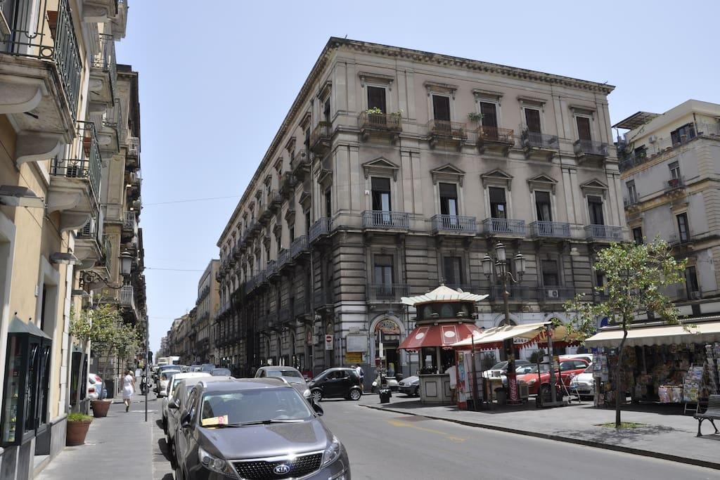 Piazza sulla quale si affaccia il palazzo