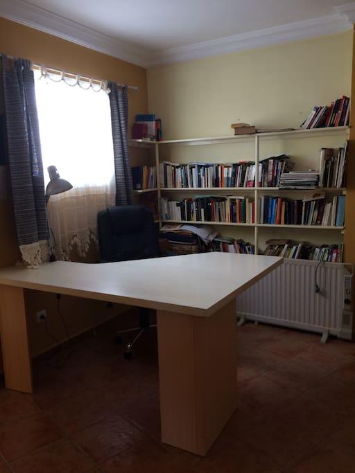Mesa para lectura o ordenador