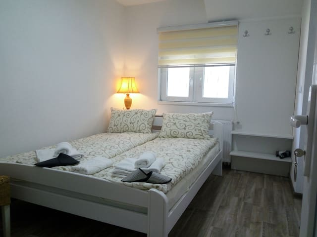 Romantic room w/ a king-size bed and a bath ★★★★