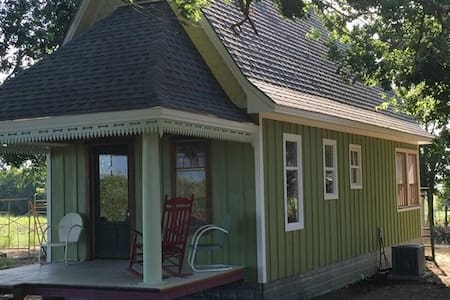 """""""Sweet Home""""  is a Delightful  Cottage  Near A&M"""