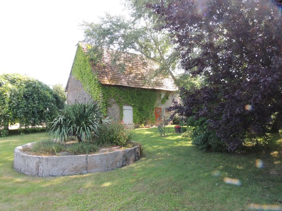 Vue d'une partie du jardin et de l'atelier