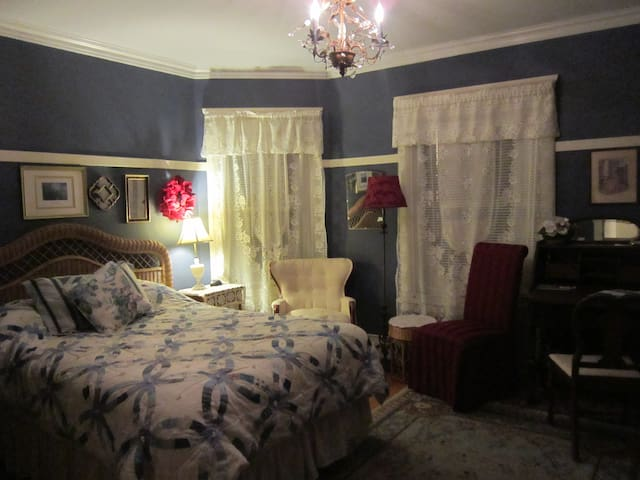 Everest Inn Bed and Breakfast (Plumer Room)
