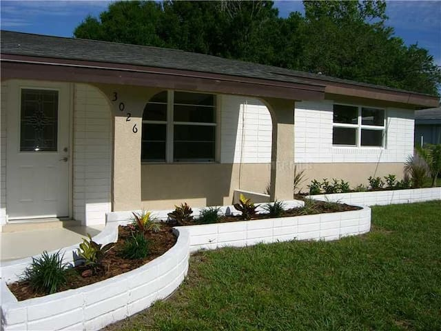 Renovated 3 Bedroom Pool Home Close to Siesta Key