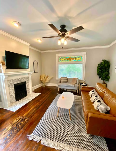 Modern apartment w/ large deck, close to downtown