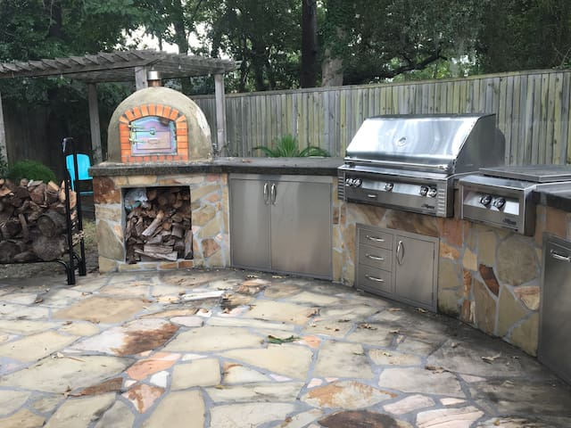 Make a wood fired pizza.  Grill, large burner and outdoor sink. Outside fridge for chilling your wine.  Basic kitchen supplies and serving dishes provided.