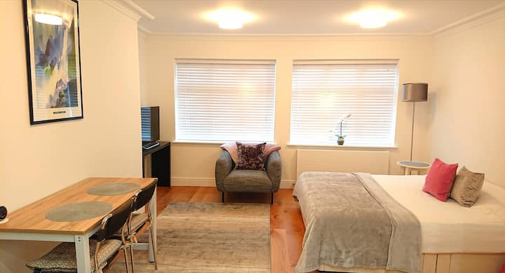 Spacious room with an suite bathroom in Eastcote