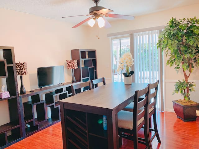 Walk to Disney 2 bedroom/1bath, w kitchen, laundry