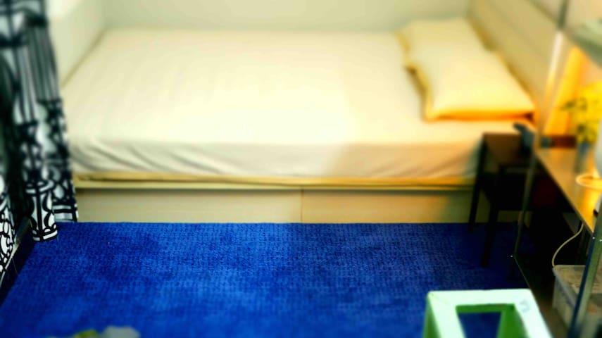 床下配有等宽的舒适短绒地毯,适合席地而坐。