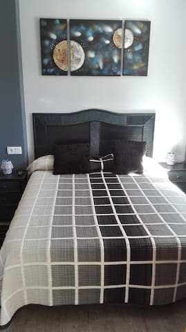 Habitación de matrimonio cama 150 cm  con tv,cómoda 1 armario con perchas y baño privado (bañera y bidet)
