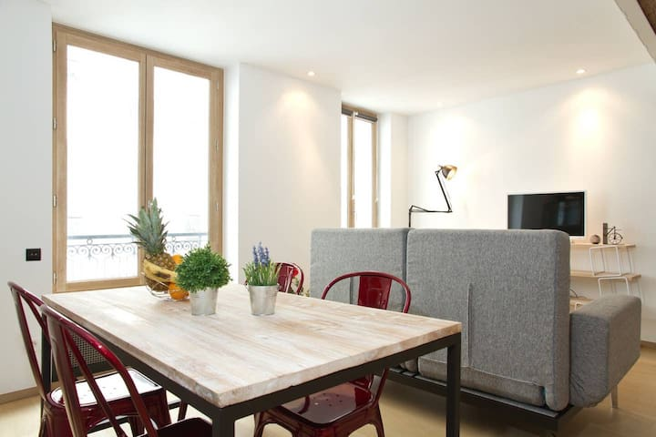 STYLISH LEFT BANK FLAT IN THE HEART OF ST. GERMAIN