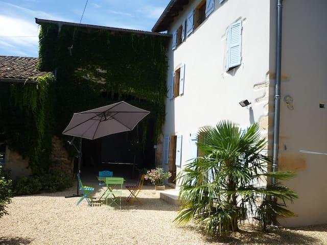 Maison de campagne rénovée - La Chapelle-de-Guinchay - House