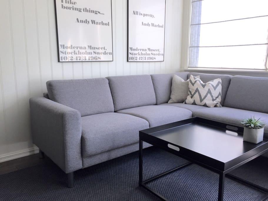 Hjørnesofa med stuebord.