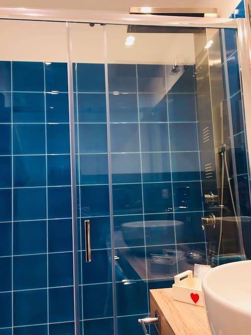 Ampia doccia idromassaggio