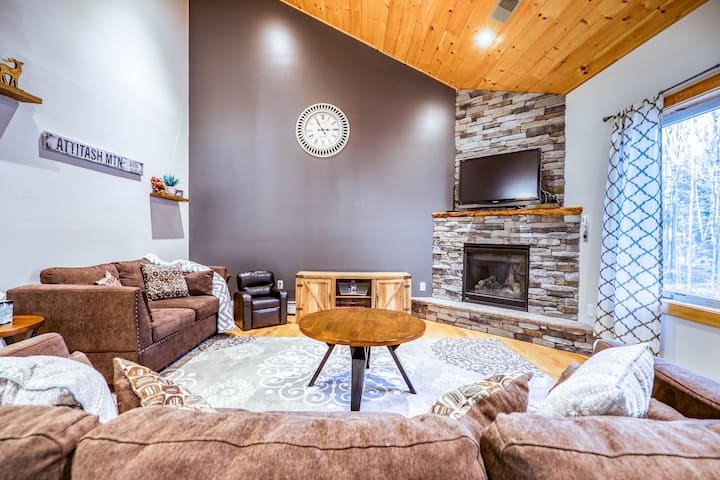 Two-level townhome with gas fireplace, deck, & gas grill - Close to skiing