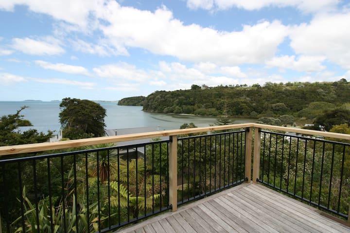 Kiwi Beach House with Stunning Views