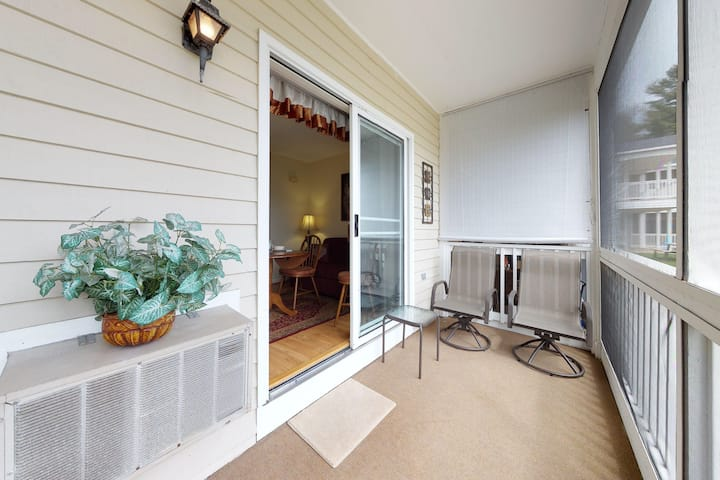 Studio condo, screened porch & seasonal pool/pool table - near beaches!