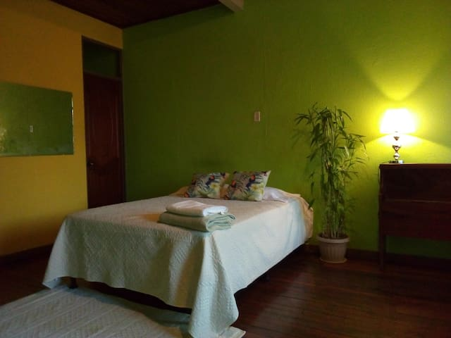 CasaTicos  near the  airport/ breakfast/2 bed/wifi