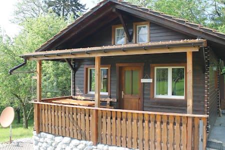 Schönes kleines Haus im Grünen - Giffers - Ház