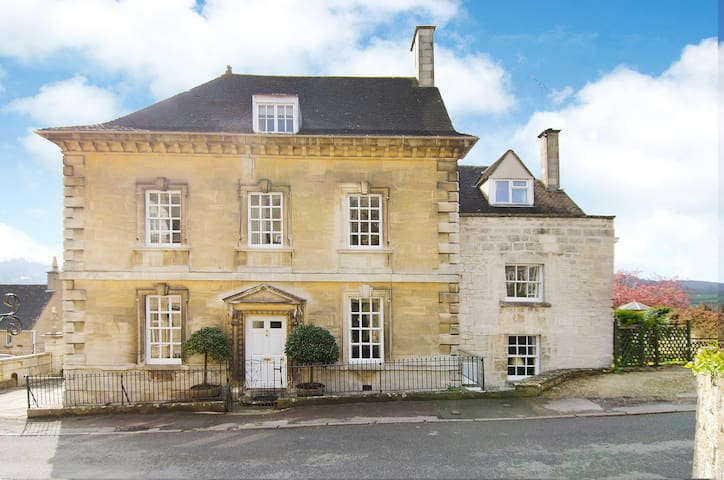 Grade 2 * Queen Anne House   - Painswick - Hus