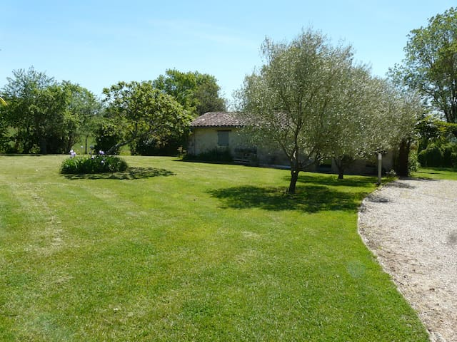 Charming cottage, overlooking the countryside, pool and Pyrenees