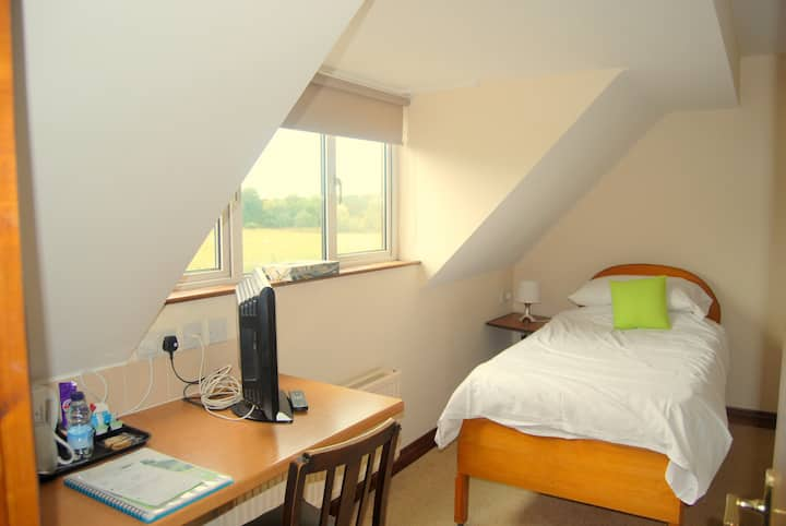 Cosy,  Comfy, SIngle  ES on Cotswold working farm
