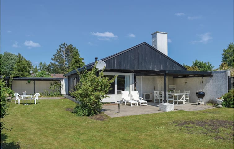 Holiday cottage with 3 bedrooms on 93m² in Dronningmølle