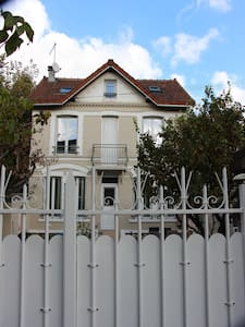Pretty and quiet house with garden near Paris - Bois-Colombes - Hus