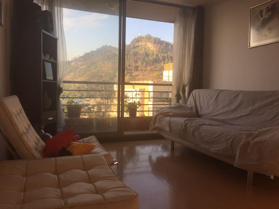 Amplia sala con vista al cerro san Cristóbal