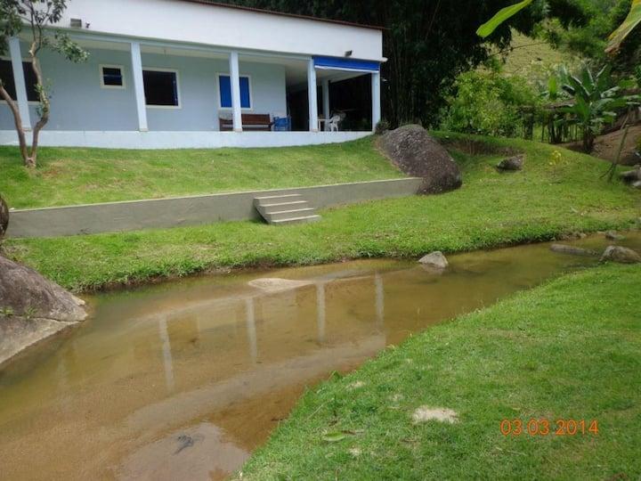 Sitio com riacho e piscina de água natural
