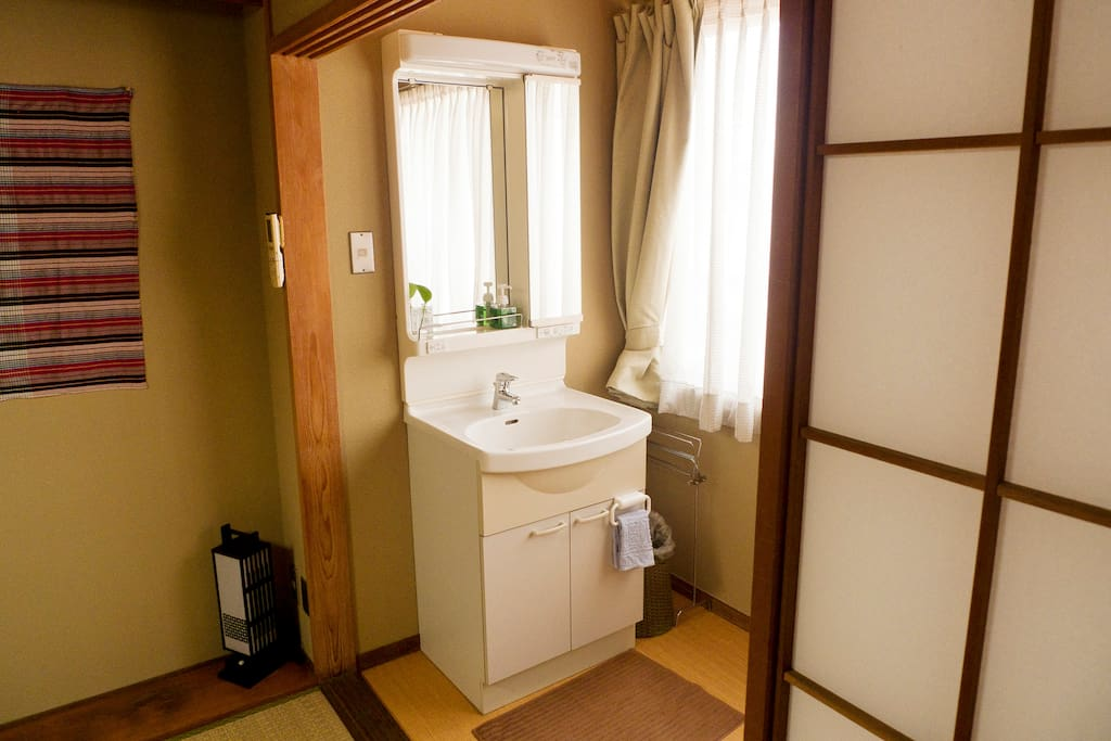 Sink/vanity console room, located in each room.