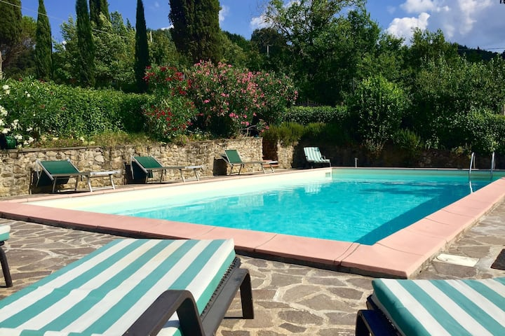 Atmospheric appartment with large, enclosed garden, pool and magnificent view