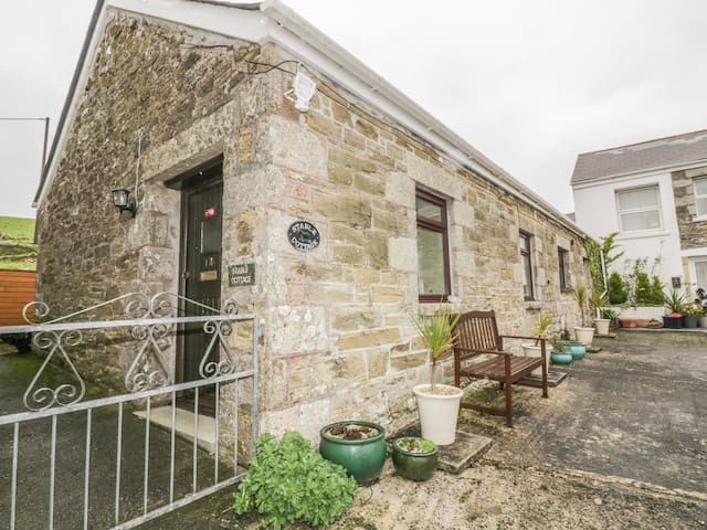 STABLE COTTAGE, family friendly, with a garden in Porth, Ref 931711