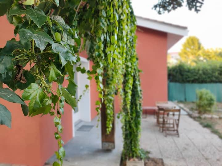 House: private parking & garden edge city center
