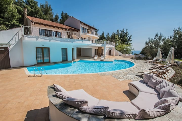 #halu! Luxurious Seafront Villa with Private Pool