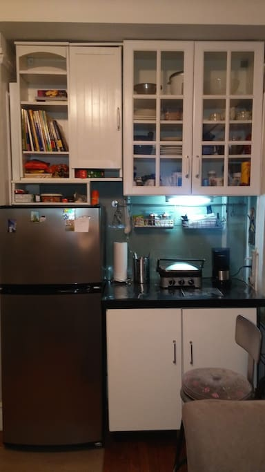 Small kitchen for quickly  snacks and coffee/teas.