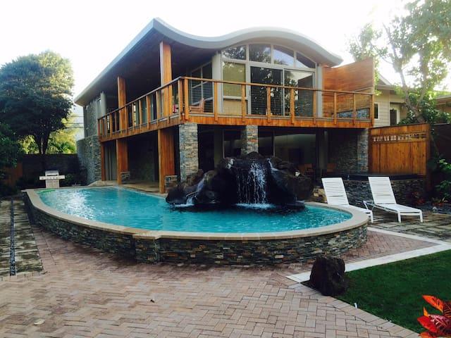 Wave House Beachfront / Pool & spa