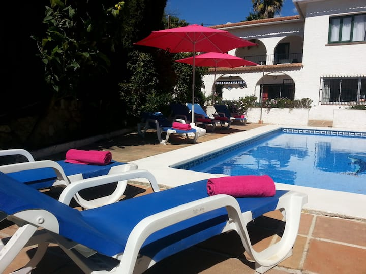 4 Bed/4Bath Sunny Villa  -Heated pool + free WiFi