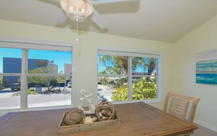 Directly across from Siesta Beach with gulf views!