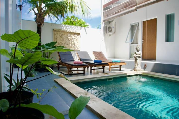 Cozy ensuite, 2 pools, breakfast, wifi, Ubud area