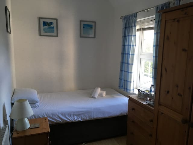 5 Single room, quiet minibus transfer £5 breakfast