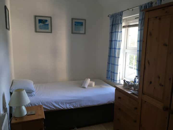 Single room for 1 night or long term, transfers