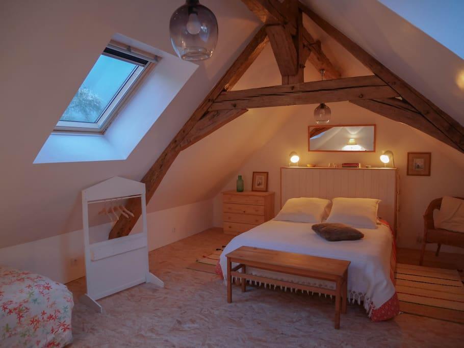 Grande Chambre 1 (1 lit double + 1 lit simple + 1 lit bébé à la demande)