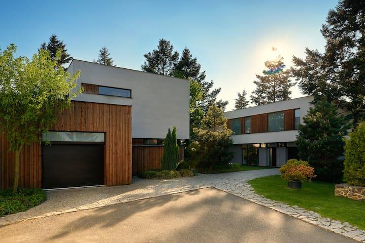 Luxusní a útulný byt s vlastní zahradou a bazénem - Praha