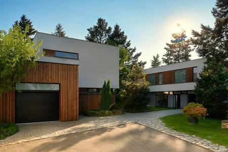 Luxusní a útulný byt s vlastní zahradou a bazénem - Praga