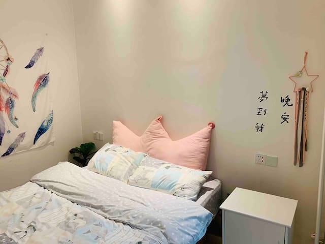 【晚安、梦到我】超舒适大床房、临近地铁2号线。未来路陇海路临BRT快速公交、曼哈顿升龙凤凰城附近