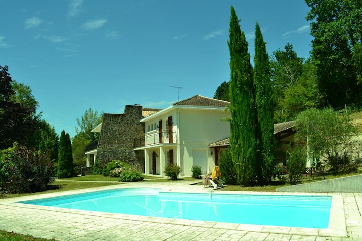 Grande maison, belle piscine, parc - Montguyon