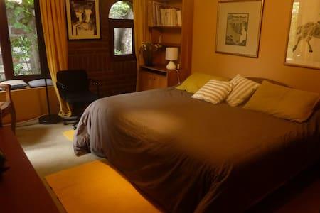 Amplia habitación doble con baño - La Reina - Bed & Breakfast