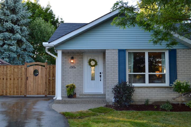 CLEAN & COZY home in Waterloo - Waterloo - Maison